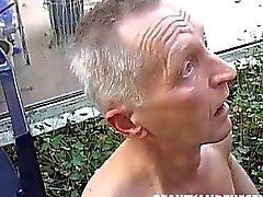 Teen suger och knullar ett gammalt cock i trädgården