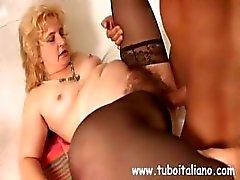 Prostituta madura gordinho italiano com um bichano peludo faz amor com um homem mais jovem