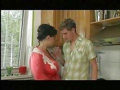 Büyük Göğüsler Anne Mutfak Tokmaklayıcı