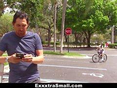 Netter Biker lernt, Hahn zu reiten