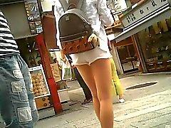 Bermuda branca francos e bonita perna
