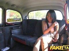 Taxi falsa atractiva mujer tailandesa con los labios coño perforado ama polla británica