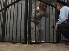 La belleza del prisionero chupa el polla de los guyards en su célula