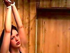 Le PERV disciplines de un hottie plantureuse dans cette scène de la BDSM cruelles