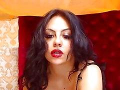 tentativas Latina para esconder seus peitos grandes suculentos e buceta
