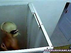 Bebés jovenes queden atrapados que lame sí en lo escondido