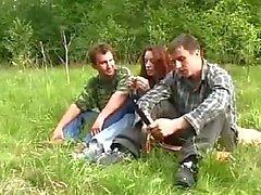 De chicas jóvenes Raped por dos chicos en el bosque