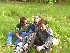 Junges Mädchen von zwei Kerlen In Den Wald Geraubter