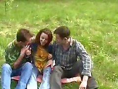 De jeune fille été violée par deux Guys dans la forêt