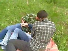 Piccolo ragazza violentata da due ragazzi Nella Foresta