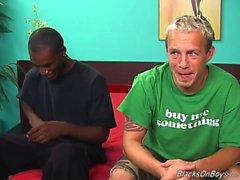 Un ragazzo sfondo buffo e la un sex appesi stallone di colore con