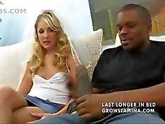 Kuuma blondi on cuckolding hänen kaveri puhaltaaiso musta kukko