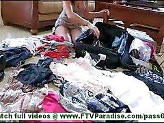 Annalisa prachtige brunette amateur met natuurlijke tieten knipperen kut en probeert kleding knipperende slipje
