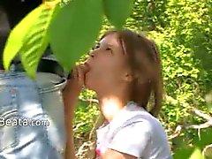 Tieners bang in het bos