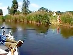 Casal é pego porra doggystyle na beira do rio