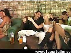 Quatro pares de parceiros tesão misturar-se entre eles nesta cena de sexo em grupo