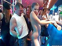 As lésbicas Sensual que dançam no clube