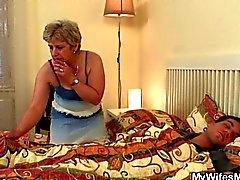 бабуля всасывает от чуваками сладким напряженный член а