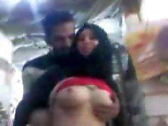 sharmota hijabia Egypti painamalla vaaleanpunaista tissi nippa