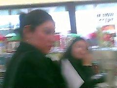 Een lange blik op haar dikke kont op de Dollar Store !