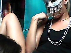 Teenies lecken Fötzchen Am Masquerade Sexparty