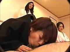 Lustfylld japansk damerna arbetar att de sexiga kante på var in