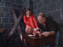 Grandi tette hottie con fishnets rossi vincolati per una seduta di BDSM