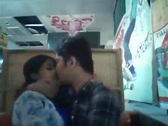 Namorado e namorada de Bangladesh no restaurante (1)
