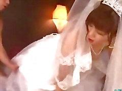 Asiatisk flicka i bröllopsklänning knullade av 2 Killar ansiktsbehandlingar på sängen på Den Roo