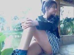 Latina tonåring Burbujita visar henne twat utomhus för webbkamera