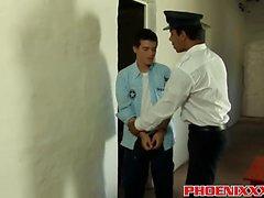 Lindo twink Andy se golpea por cachonda prisión guardia Tony