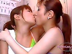 2 Asyalı Kızlar Öpüşme tutkuyla kızlar Dilleri Ve NipellerLocker Roo In On The Floor
