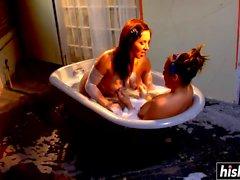 Två barn har kul i badkaret