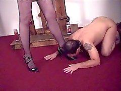Super sexy Meesteres Ava het verzorgen van haar slaaf jongen