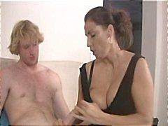MILF Stacie Starr ve Keegan Monroe bu adama güzel bir handjob verir