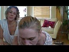 Rahibe kardeşi annesinin yardımıyla emiyor