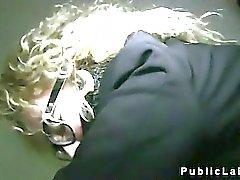Blonden mit Gläsern durchgefickt in der öffentlichen abgespritzt
