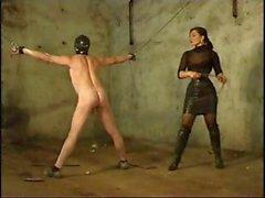 Brunette любовница хлещет своим рабом потому что был плох