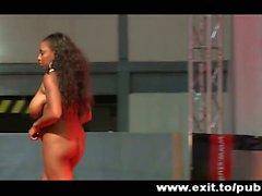 Publique sur scène individuels d'ébène et de gros seins d'Alicia
