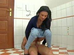 Mahtavaa seksiä tuolilla kylpyhuoneessa