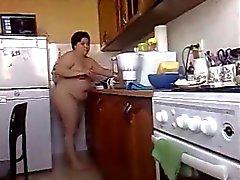 Bbw morena novia cocineros comida desnuda en casa