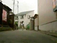 Milf japonesa sedutora dá um chupando pau amador