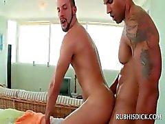 Dinç düz adam eşcinsel masör tarafından becerdin kıçını alır