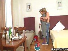 Aufwartefrau erhält ihre Muschi mit hartem Fleischfüllung