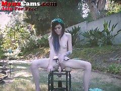 Petite Teen Rides Dildo Stuhl Außenseite