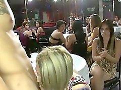 Dançarinos obter boquetes no clube