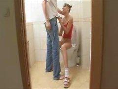 Брат и сестра в виде туалетной