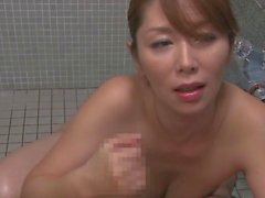 maman asiatique gros seins suce et monte un jeune schlong