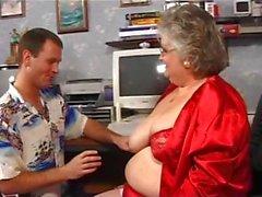Maman la graisse en rouge avec la gros seins obtient foré et la une éjaculation faciale