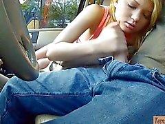 Tiukan teini teini Dakota Skyen nailed paikka autossa